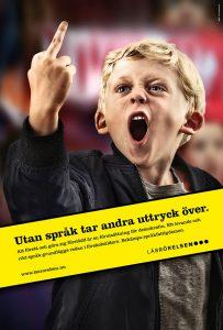 """En affisch på en pojke som pekar finger och en text över bilden där det står """"Utan språk tar andra uttryck över."""""""